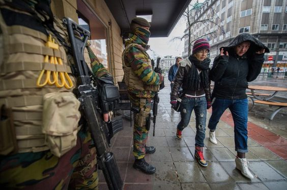 Apesar de ser esta a primeira vez que a capital belga é alvo de atentados, ela tem sido frequentemente associada ao terrorismo islâmico. A DW lista a seguir quatro fatores que contribuíram para que Bruxelas se tornasse centro do jihadismo na Europa.