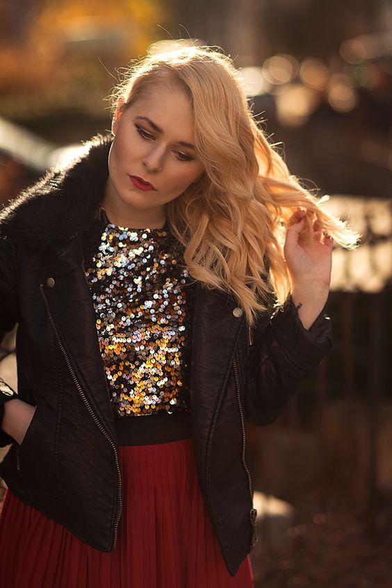 Christina Key trägt eine edle Frisur mit langen, blonden Locken