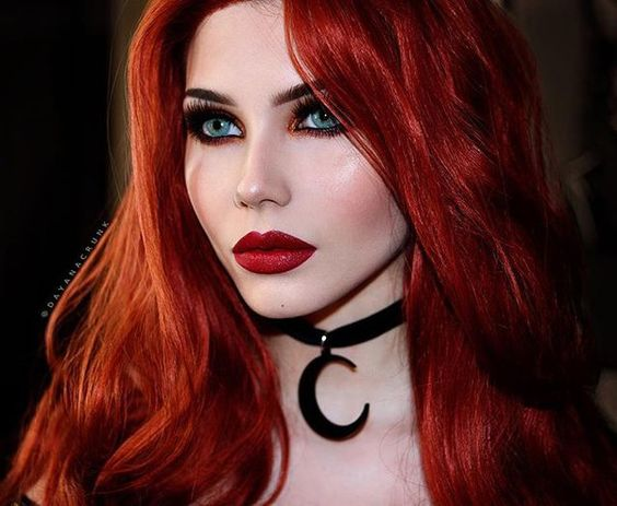 Kızıl saçlar ile makyaj uyumu için güzel bir örnek..