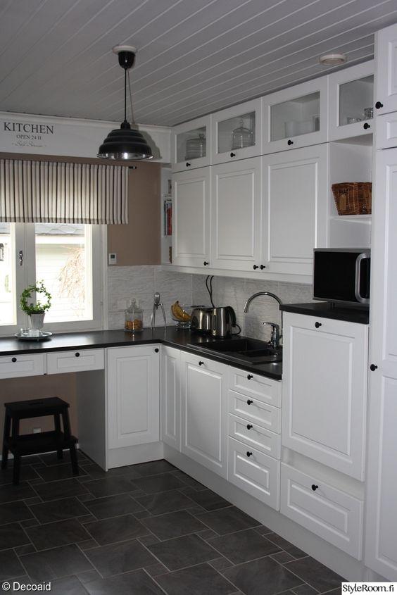 valkoinen keittiö,harmaa laattalattia,valkoinen välitila