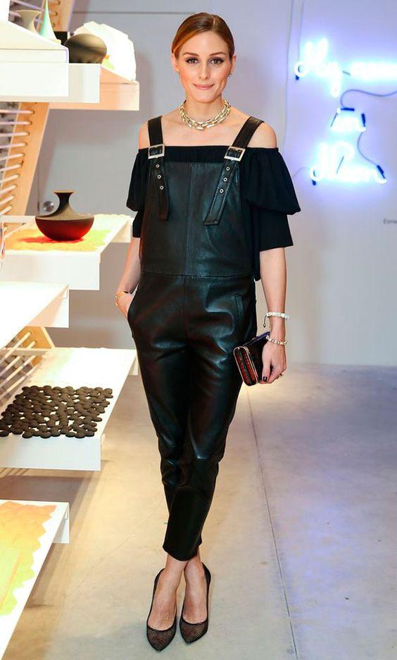 Street style look blusa off shoulder preta e macacão de couro.
