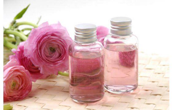 Lo primero que llama la atención del agua de rosas es su delicada esencia, fresca, deliciosa capaz de calmar y relajar, pero sus múltiples propiedades tanto medicinales como terapéuticas abren un a...