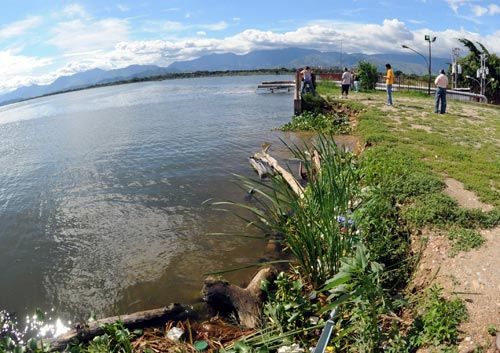 This article discusses the effects of pollution on Lake Valencia. It discusses how pollution of the lake is causing the the constant over flooding that is leading to other issues as well.
