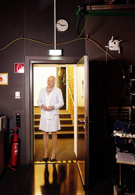 La periodista en uno de los estudios de la cadena donde trabaja. MICHAEL ENGLERT (FOCUS / CONTACTO)