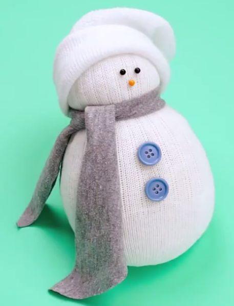 Réaliser facilement un bonhomme de neige avec un peu de riz et une vieille chaussette.