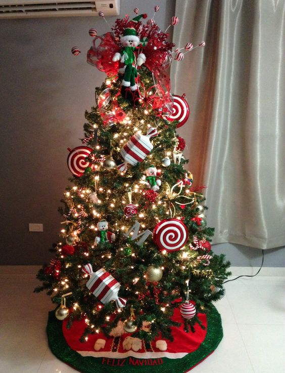 Red and white christmas candy themed christmas tree for Pictures of decorated christmas trees white christmas theme