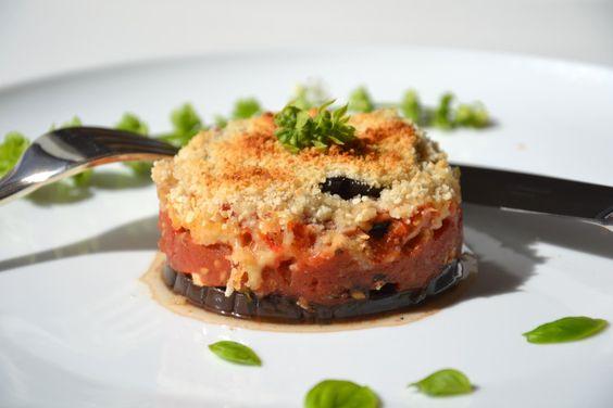 La moussaka est un plat traditionnel grec qui se compose principalement d'aubergines, de tomates et de viande hachée. Pour en faire un plat végétarien, l'astuce est toute bête : remplacez la viande par du tofu nappé de tapenade. Le goût diffère quelque...
