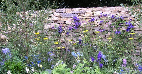 Trockenmauern sind nicht nur optisch, sondern auch ökologisch eine Bereicherung für den Garten. Hier erfahren Sie Schritt für Schritt, was Sie beim Bau einer Trockenmauer beachten müssen.