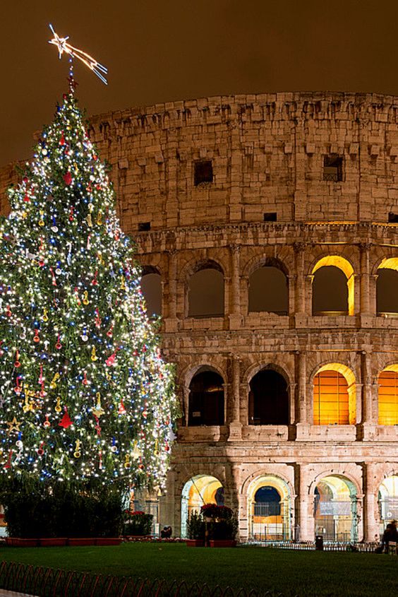 Whether you want to enjoy an authentic Roman seafood feast or an American turkey dinner, Rome Christmas restaurants will satisfy your holiday hunger, discover our top places for christmas dinner in Rome #iliveitaly #rome #christmas #foodie