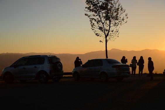 Pessoas contemplando a bela paisagem na Serra de Campos do Jordão.
