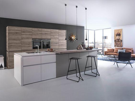 Cuisine design du fabricant allemand Leicht.  Cuisine sans poignées blanc mat, gris et bois. Dispose d'un mur d'armoires et d'un îlot.
