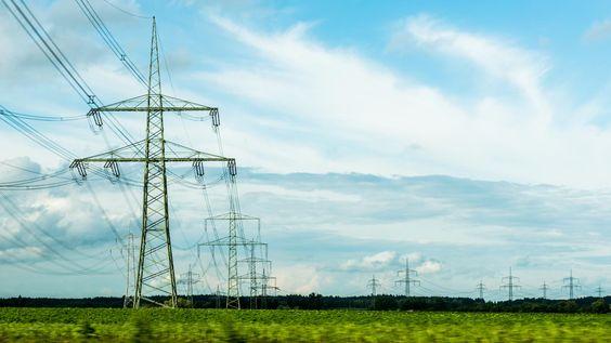 Unter Stromnetzausbau versteht man den Aus- und Umbau des Stromnetzes. In Deutschland existieren die vier Übertragungsnetzanbieter TenneT, 50Hertz, Amprion und TransnetBW, welche zusammen mit der Bundesnetzagentur einen Netzentwicklungsplan aufstellen.