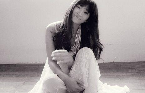 パールのネックレスをつけた篠原涼子
