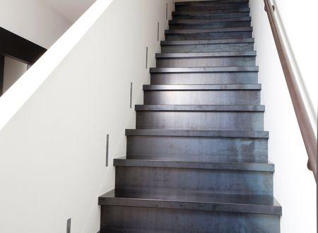 Trapbekleding en rvs trapleuningen van upstairs traprenovatie blauw staal trapbekleding - Decoratie interieur trap ...