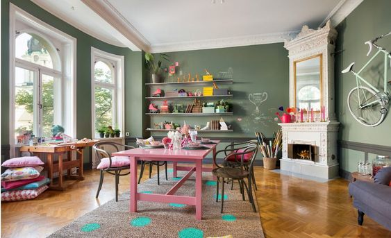Vrolijke gedurfde kleuren in een Scandinavisch appartement | HOMEASE