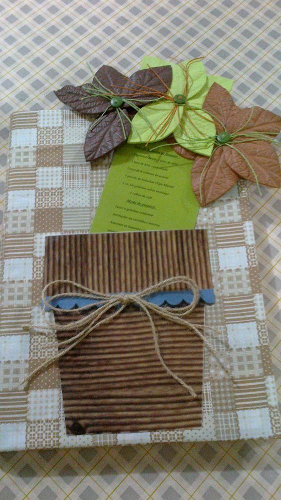Este é um caderno de receitas feito para uma amiga que encapei com tecido e colei um vasinho com flores artificiais na capa sendo que a receita que se encaixa dentro do vasinho vem como surpresa... tbm pode ser usado como convite pra festas!
