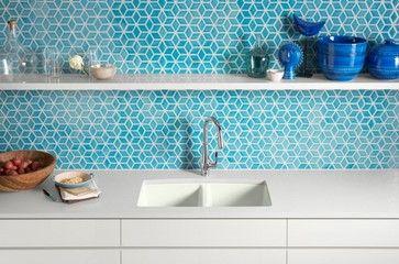 cuisine blanche et cr dence bleue maill e kohler cuisine pinterest carreaux bleus. Black Bedroom Furniture Sets. Home Design Ideas