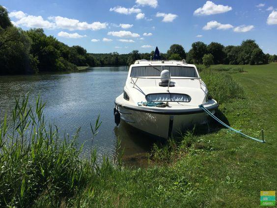 Anlegen ist bis auf wenige Ausnahmen überall erlaubt. Ohne Steg wird das Boot mit Metallpflöcken am Ufer befestigt.