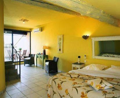 """La chambre 6 """"Luberon"""" vous permettra d'apprécier depuis sa terrasse au dernier étage par dessus les toits du village le mont du Luberon"""