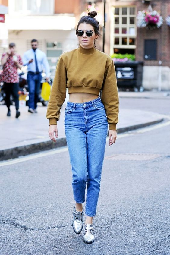 While taking an afternoon stroll in London, Kendall Jenner breaks the rules — and almost breaks the Internet — by making mom jeans the coolest denim silhouette around. This is how you do it. #refinery29 http://www.refinery29.com/2015/07/90132/kendall-jenner-mom-jeans-outfit#slide-1: