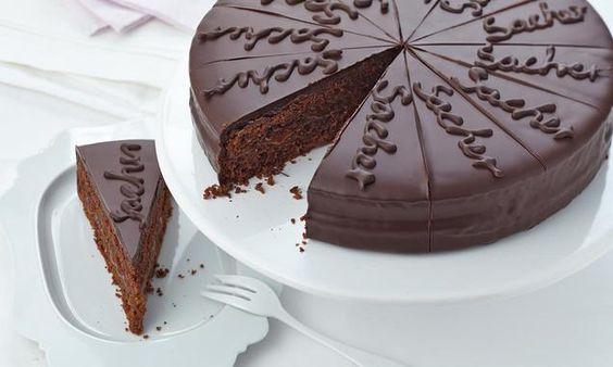 Eine saftige Torte mit viel Schokolade und fruchtiger Note für festliche Anlässe
