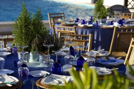 MIse en place blu e centrotavola di erbe aromatiche per le nozze