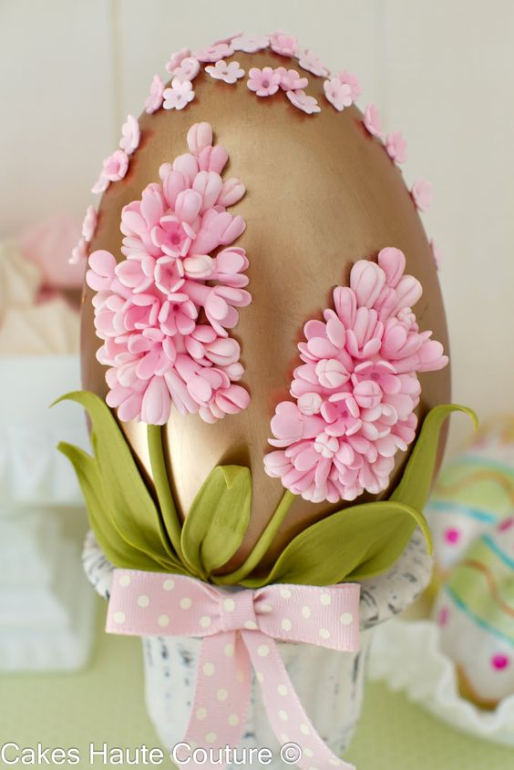 Cakes Haute Couture - Chocolate Easter egg decorated with sugar hyacinths.: