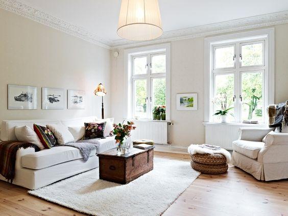 un canapé blanc et un coffre au centre du salon shabby chic