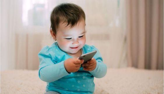 Niña de 2 años pierde la vista por jugar día y noche en el celular