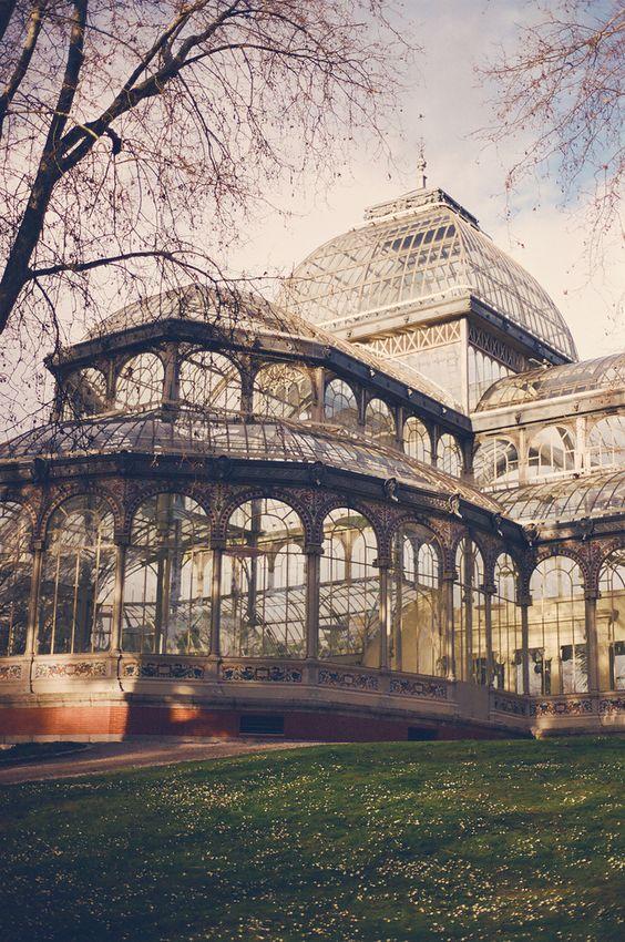 Palacio de Cristal en el parque del Retiro Madrid España.