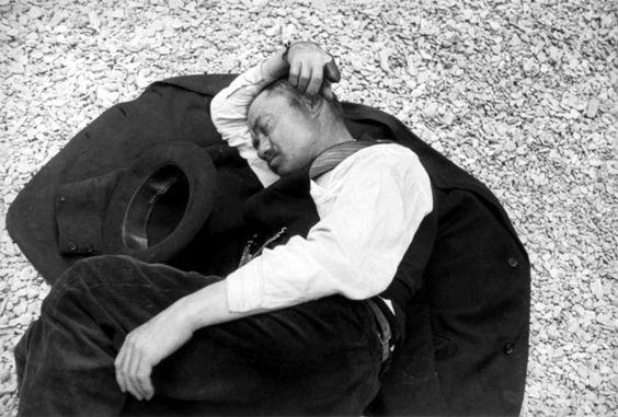 René-Jacques - Homme endormi sur les quais, Paris, 1935.