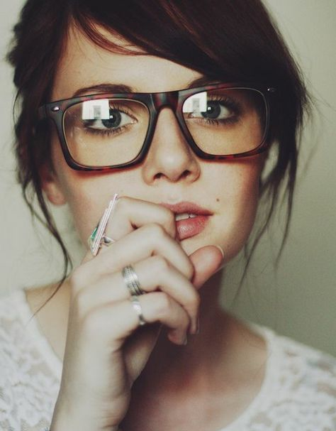 Femme au visage rond avec des lunettes de vue carrées