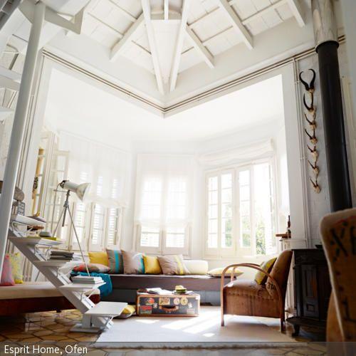 Die hohe, weiße Holzbalkendecke, der Ofen und die antiken Musterfliesen offenbaren die antike Historie des Raums und schaffen eine ganz besondere Atmosphäre. Während …