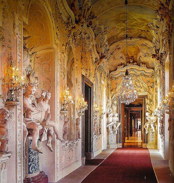 Östliche Galerie oder Kriegs Galerie im Residenzschloss Ludwigsburg mit Peiniger prunkvoller Stuckgestalltung