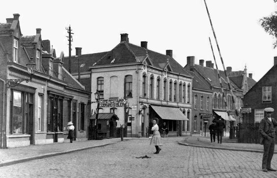 1915: Noordstraat (nu Gasthuisring) ging over de spoorwegovergang over in de…