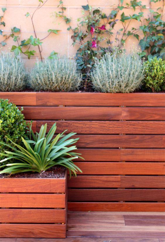 Detalle de jardineras forradas con madera de ipe by la - Jardineras de exterior ...