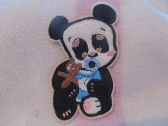 Süsse Pandababy Applikation zum Aufnähen... Einfach zum verschönern von T-shirts, Strandtaschen oder was euch sonst gefällt.   Stickdatei by Ar...