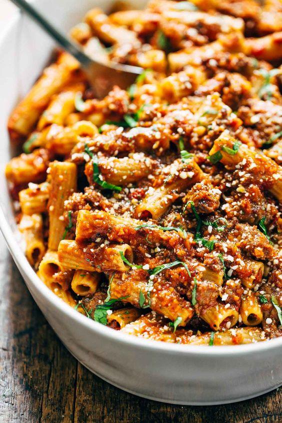 Würzige Wurst Rigatoni - dieses Rezept ist super einfach und gesund, und meine ganze Familie war begeistert! 320 Kalorien, richtiges Essen. | Pinchofyum.com