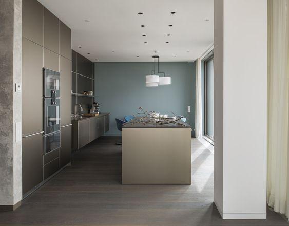 gerade linien schlichte formen eine minimalistisch wirkende k che in perfekter harmonie mit. Black Bedroom Furniture Sets. Home Design Ideas