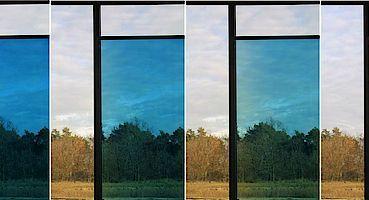 Schaltung eines elektrochromen Fensters zwischen dem gefärbten (blauen) und dem transparenten Zustand. Foto: Gesimat GmbH