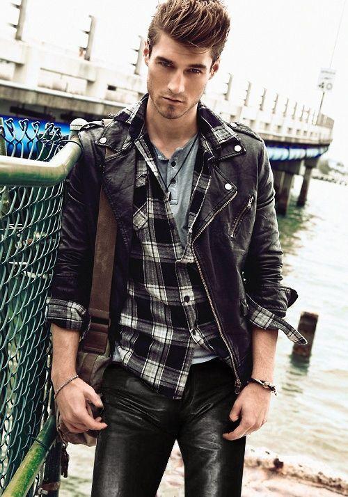 Black leather jacket and flannel shirt. | Estilo de vida