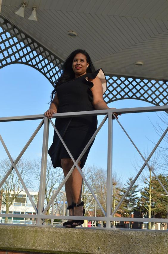 Supersize my Fashion: Ruffled Black and White