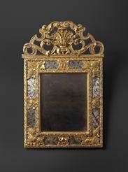 Miroir italien fin XVIIe siecle, en bois sculpté doré avec des apport de cartapesta et de verre églomisé, Galerie ALEXANDRE PIATTI, 29 rue de Lille 75007 Paris
