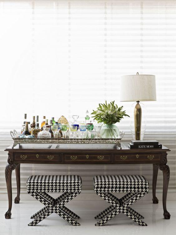 Mistura de mesa antiga com banquetas modernas, estampadas em pied de poule. #decor #mix: