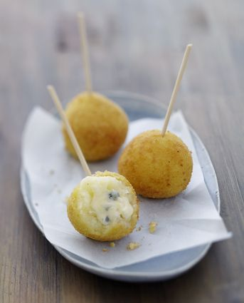 croquette au bresse bleu      150 g de Bresse Bleu     500 g de grosses pommes de terre     2 œufs     120 g de chapelure     60 g de farine     1 cuillère à soupe de crème fraîche épaisse     30 g de beurre     1 l d'huile pour friture     Sel     poivre du moulin