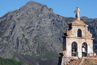 Bajando el puerto de Las Señales, acompañando al recién nacido río Porma, llegamos a Cofiñal. Como en otros muchos lugares, la iglesia destaca sobre los demás edificios. En este caso, también por su ubicación, pues se halla sobre una roca dominando el pueblo. Su altitud es de unos 1.180 m.