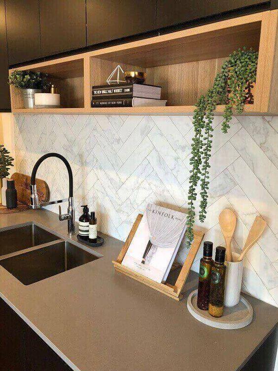 Aproveite os nichos da cozinha e inclua na decoração vaso com flores artificiais #plantasartificiais #artificiais #plantas