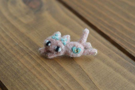 ピンク色をした猫のブローチです。鞄や帽子などにつけていただけます。<サイズ>横幅:約3.5cm羊毛フェルト作品はとてもデリケートですので、無理な力...|ハンドメイド、手作り、手仕事品の通販・販売・購入ならCreema。