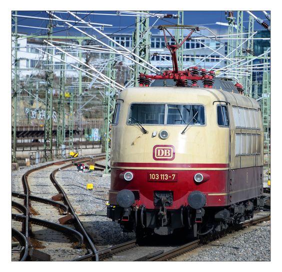 Gerade hat die 103 113-7 den IC 119 aus Münster (Westfalen) Hbf nach Stuttgart Hbf gezogen. Jetzt fährt sie bis zu ihrem nächsten Einsatz in den Abstellbereich. Aufgenommen am 22.2.2014.