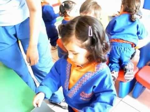 ETAPA DEL GARABATEO (2-4 AÑOS) Realizan  garabatos con crayones en papel oscuro